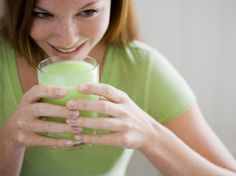 Scientists at the University of Colorado have found an all-natural juice that stops cancer cells from using sugar, cuts off their energy supply and kills them. It doesn't harm normal cells. The cancer-killing juice is the juice of the bitter melon. Protein Shakes, Sport En Couple, Vegetable Smoothies, Green Smoothies, Health Options, Shake Diet, Cancer Fighting Foods, Easy Detox, Meal Replacement Shakes