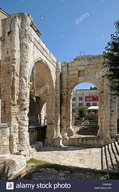 """Roman arch and monuments in Garden of Cybele or """"Jardin archeologique de Cybele"""" Vienne France Stock Photo"""