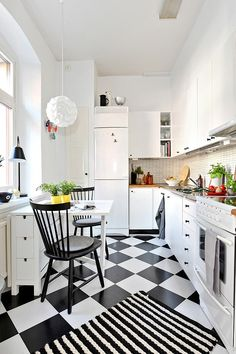 smart use of desk for additional storage and surface space (for eating or prep) for small kitchen. Modern Retro Kitchen, Vintage Kitchen, Checkered Floor Kitchen, Kitchen Interior, Kitchen Decor, Kitchen Tiles Design, Kitchen Flooring, Home Kitchens, Kitchen Remodel