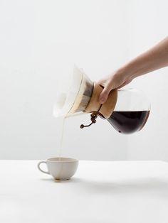 Chemex Coffee, Coffee Cafe, Minimal Photography, Coffee Photography, Drinking Black Coffee, Coffee Subscription, Coffee Photos, Coffee Beans, Tea Pots