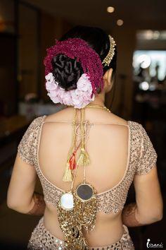 Indian Bun Hairstyles, Hairstyle Look, Bridal Hairstyles, Indian Wedding Gowns, Indian Bridal Outfits, Wedding Outfits, Golden Blouse Designs, Flower Bun, Bridal Chura
