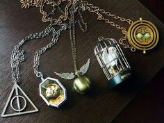 Check it out Potter Heads! Image de harry potter and necklace Collier Harry Potter, Harry Potter Schmuck, Bijoux Harry Potter, Objet Harry Potter, Mode Harry Potter, Images Harry Potter, Estilo Harry Potter, Harry Potter Necklace, Harry Potter Merchandise