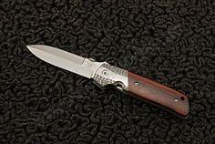 Нож ATCF dagger #2 от Bob Terzuola. Разновидность модели ATCF с лезвием в виде кинжала, так называемый стиль dagger («dagger» с английского переводится как «кинжал»). Нож ATCF dagger # 2, сделанный из нержавеющей стали и титана, имеет больстеры из дамаска и накладки из железного дерева. Имеется клипса для переноски, но к нему также можно присоединить ремешок или шнурок, для чего имеется отверстие на задней части ножа. Bob, Bucket Hat, Bobs