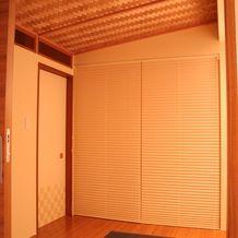 茶室にも使いたいという和室はあじろ天井に エアコンもビルトインにし