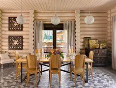 Столовая. Обеденный стол сделан на заказ, а стулья — из московского салона Teak House. Комод хозяева получили в наследство от бабушки.