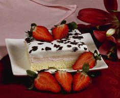 PEČEME NA VÍKEND: Řezy s jahodovým pudinkovým krémem a šlehačkouZa krásnější Vimperk   Za krásnější Vimperk Cheesecake, Food, Cheesecakes, Essen, Meals, Yemek, Cherry Cheesecake Shooters, Eten