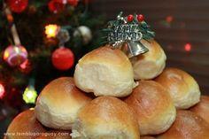 Los pancitos chips son unos panecillos semi dulces, muy esponjosos, y que en nuestro país es muy común utilizarlo para acompañar las comidas en las celebraciones (cumpleaños, 15 años, bodas, colaciones, cenas de fin de año) y como no, al día siguiente, un rico sandwich frío con lomo, peceto, o pollo. Esta receta es de mi amiga Gabriela, lo podes encontrar también en su blog www.gabrielaclavoycanela.com. Ingredientes para18 a 24 pancitos 500 g de harina de trigo 000 o harina de fuerza 85 g…