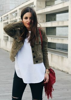 Spring outfit: suede khaki jacket, fringed red bag, ripped jeans. Street style More on: www.littleblackcoconut.com