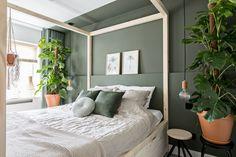 KARWEI | Het DIY-hemelbed is een opvallend statement en zorgt meteen voor veel opbergruimte, door de vier grote lades. Op de achterwand en het plafond is een optische nis geschilderd, waardoor een knusse sfeer ontstaat | 04-2018 #slaapkamer #hemelbed #planten #DIY #donkergroen Room, My Room, Home Hacks, Home, Home Bedroom, Bedroom Interior, Bedroom Inspirations, New Room, Student Room