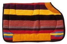 Horse pad 'Navajo' forrado de algodón. Horse pad con perilla cortada. Interior de espuma y forro de algodón. Cruz y paso de cincha reforzados de cuero vuelto. Totalmente ribeteado de una cinta de nylon negro.