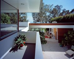 The challenge of renovating an iconic midcentury house is surely a daunting one for any architect, but apply this formula to a Richard Neutra house, and the responsibility rises exponentially. Richard Neutra, Mid Century Living Room, Mid Century House, Modern Exterior, Interior And Exterior, Interior Design, Midcentury Modern, Danish Modern, Facade House