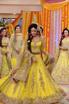 Latest Pakistani Bridal Mehndi Dresses 2018 for Brides 5 Pakistani Mehndi Dress, Bridal Mehndi Dresses, Pakistani Wedding Outfits, Pakistani Bridal Dresses, Bridal Wedding Dresses, Bridal Lehenga, Indian Dresses, Wedding Wear, Bridal Pics