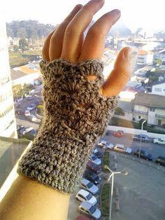 OMG, It's Almost Christmas Fingerless Mitts - Free Crochet Pattern/Modelo Grátis de Crochet | The Anarchist Knitter