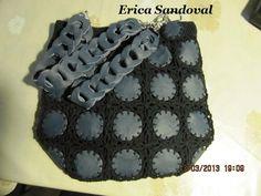 Bolso en cuero color azul, piezas unidas a crochet.
