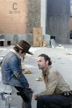 """NEW 'THE WALKING DEAD' SEASON 3 FINALE """"WELCOME TO THE TOMBS"""" PHOTOS: WILL RICK KEEP IT TOGETHER?"""