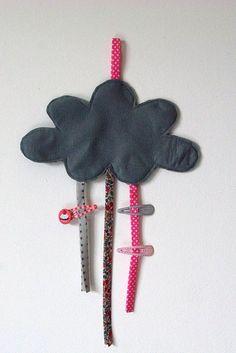 Des rubans fixés sur un morceau de tissu = un joli porte barrettes pour les petites filles