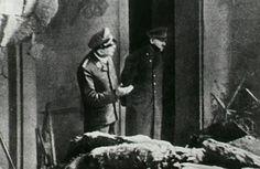 Poco antes de suicidarse en su búnker subterráneo, Hitler salió a la superficie con un oficial de las SS para evaluar los daños producidos en las inmediaciones luego de que los alcanzara una bomba lanzada por las fuerzas aliadas.