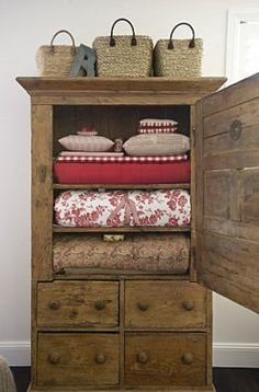 red quilts in an old chest.love the chest and love the red quilts. Country Decor, Rustic Decor, Farmhouse Decor, Rustic Hutch, Rustic Charm, Old Chest, Quilt Display, Primitive Furniture, Country Furniture