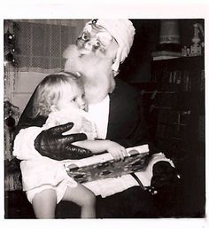 This Santa who looks like something out of a slasher film: 21 Insanely Creepy Santa Claus Photos That May Ruin Your Christmas Santa Claus Photos, Santa Pictures, Creepy Pictures, Funny Pictures, Vintage Christmas Photos, Vintage Holiday, Holiday Photos, Vintage Halloween, Vintage Photos