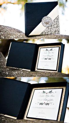 Invitaciones para boda glam con estilo Crepúsculo en negro y con broche