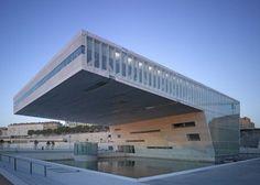 Un piso en voladizo de exposiciones y una característica sala de conferencias bajo el agua en este archivo y centro de investigación, diseñado por la oficina italiana Boeri Studio y uno de varios nuevos edificios en los muelles de Marsella.