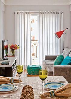 Alguns detalhes que chamaram minha atenção na decoração de salas e podem inspirar você a aproveitar as ideias nos ambientes da sua casa... A sala pequena mal cabe uma mesa lateral. O móvel simples se