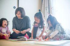 3 人の子供と遊ぶご自宅でのように、母 stock photo