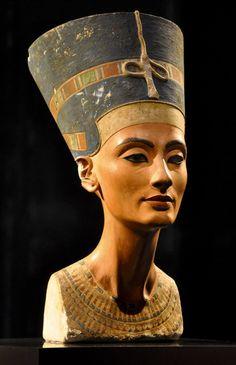 Buste de Néfertiti, par Thoutmôsis, 8ème dynastie. Epouse d'Akhenaton, elle a une très grande connotation religieuse.