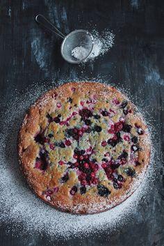 ciastka z kremem: pachnące ciasto z owocami leśnymi