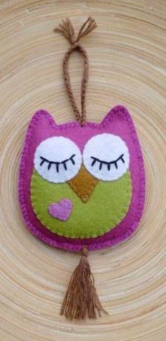 felt birds felt owl - hang on door handle - one side eyes open (come in) other side eyes closed (don't disturb) Felt Owls, Felt Birds, Fabric Crafts, Sewing Crafts, Sewing Projects, Felt Christmas Ornaments, Christmas Crafts, Owl Crafts, Felt Patterns