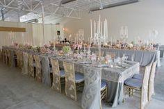 Une table et des chaises de  mariage en dentelles