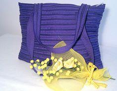 Violette - Borsa con manici a spalla realizzata con la sola cerniera lampo. Disponibile in diversi colori e dimensioni.