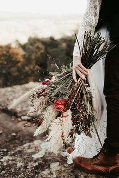 Un beau jour - Mariage folk en Provence Bouquet Bride, Christmas Wedding, Wedding Styles, Marie, Christmas Wreaths, Wedding Flowers, Folk, Wedding Inspiration, Holiday Decor