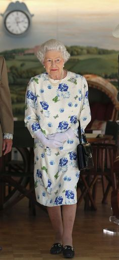 Queen Elizabeth Wearing Florals - 70+ Photos of Queen Elizabeth in Flower Printed Outfits