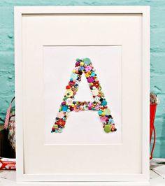 crédit photoJen Jockisch sur le blog d'American Crafts Studio Si vous avez tendance à récupérer tous les boutons qui vous passent sous la main et si vous ne savez vraiment pas quoi en faire (car ils ne vont jamais avec vos projets de couture par exemple, ou alors vous en avez vraiment beaucoup), faites-en de l'art ! Faites par exemple comme Jen Jockisch qui présente sur le blog d'American Crafts Studio son tableau monogrammé coloré et gai. Je le verrais bien dans un atelier de couture, ou…