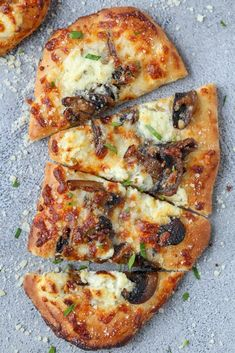 Mushroom Flatbread Pizza is a great option for a weeknight dinner. The mushrooms and three cheese flatbread pizza is so full of flavor that you will love it. Garlic Flatbread Recipe, Easy Flatbread Recipes, Naan Flatbread, Mushroom Flatbread Recipes, Pizza On Naan Bread, Mushroom Recipes, Margherita Flatbread, How To Cook Mushrooms, Pizza