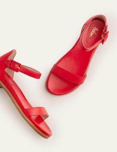 Katie Bequeme Sandalen - Rot. Katie Bequeme Sandalen. Ob beim Schlendern durch gepflasterte Gassen oder am Strand, diese Sandalen sind eine wahre Wonne für die Füße. Mit ihrem Futter aus Leder und dem äußerst bequemen, gepolsterten Fußbett fühlen sie sich nach einem Tag voller Städtebesichtigungen noch genauso toll an, wie sie aussehen. Sie haben die Wahl zwischen Leder mit Schlangenmuster, einer klassischen hellbraunen Variante und leuchtendem Rot. Classic Tan, Boden Uk, Beach Walk, Comfortable Sandals, Walk On, Shoe Boots, Shoes, My Bags, Black Sandals