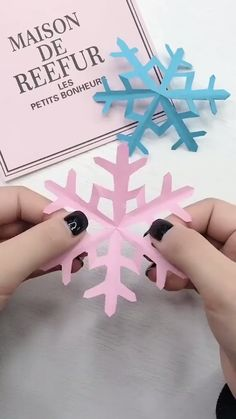DIY Christmas Snowflake Window Flower Decoration - Knitting is so easy . - DIY Christmas Snowflake Window Flower Decoration – Knitting is as Easy as 3 Knitting boils - Kids Crafts, Diy Crafts For Gifts, Christmas Crafts For Kids, Holiday Crafts, Christmas Diy, Christmas Decorations, Christmas Store, Christmas Ornament, Easy Crafts