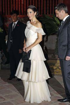 Beautiful dress for beautiful Crown Princess Mary Crown Princess Mary, Prince And Princess, Elegant Dresses, Beautiful Dresses, Kate Middleton, Mary Donaldson, Royal Look, Royal Style, Danish Royalty