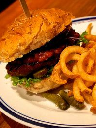 """""""本のある食堂""""で、ハンバーガーにかぶりつこう"""