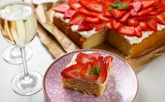 Stork Header Strawberry Prosecco Traybake 732x455