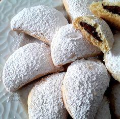 Mezzelune di pasta frolla ripiene di nutella Nutella, Cake Recipes, Waffles, Biscuits, Pasta, Bread, Cookies, Food, Squares