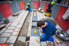 la ville de Toulouse a expérimenté les trottoirs podo-électriques qui permettent de récupérer l'énergie cinétique des passants marchant sur des dalles encastrées dans le sol et montées sur ressorts.