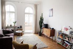 Wohnzimmer / living room. Wunderschöne 1-Zimmer-Altbauwohnung in Berlin - Prenzlauer Berg.