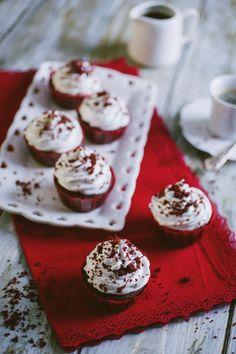 I red velvet cupcake ❤️ Red Velvet Muffins, Red Velvet Cupcakes, Feta, Frosting, Cupcake Cakes, Waffles, Cake Decorating, Food Porn, Cheese