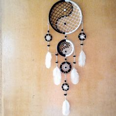 filters of dreams Making Dream Catchers, Dream Catcher Decor, Black Dream Catcher, Indian Arts And Crafts, Diy And Crafts, Ying Y Yang, Sweet 16 Photos, Free Crochet Bag, Crochet Dreamcatcher