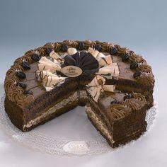 Tort Kawowy Z mocnym aromatem i smakiem świeżo zaparzonej kawy, czekoladowy biszkopt przekładany maślanym kremem z drobno zmieloną, świeżą kawą. Nasączony likierem kawowym. Dekorowany mieloną kawą i czekoladkami w kształcie ziarenek kawy.