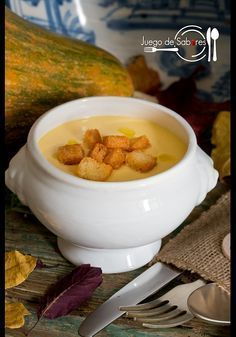 JUEGO DE SABORES : CREMA DE PUERROS, CALABAZA Y ALMENDRAS Healthy Recipes, Soup Recipes, Vegetarian Recipes, Kitchen Recipes, Cooking Recipes, Salade Healthy, Brunch, Winter Food, Soups And Stews