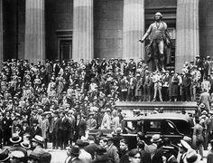 """Ekim 1929 / Wall Street-in Çöküşü  1929 Wall Street İflası (İngilizce: Wall Street Crash of 1929) , aynı zamanda """"Great Crash"""", ve """"Stock Market Crash of 1929"""" olarak da bilinir. Yani Türkçesiyle, """"Büyük İflas"""" ve """"1929-un Borsa Çöküşü"""" olarak bilinir. Etkilerinin uzunluğu ve kapsamı göz önüne alındığından ABD tarihinin en yıkıcı borsa çöküşüdür. Çöküş, tüm sanayileşmiş batı ülkelerine etki ederek 12 yıllık """"Büyük Depresyon"""" döneminin başlangıcını sinyal verdi. Ve bu, Birleşik Devletler-de…"""