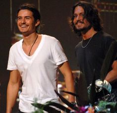 Pin for Later: A Look Back at the Best of the Teen Choice Awards Pirates of the Caribbean costars Orlando Bloom and Johnny Depp accepted a colorful surfboard award in Young Johnny Depp, Here's Johnny, Johny Depp, Z Cam, Teen Choice Awards, Celebrity Dads, Celebrity Style, Pirates Of The Caribbean, Cultura Pop